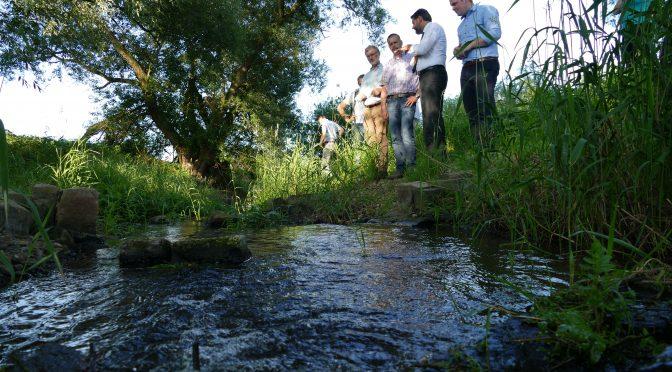 Naturschutzaktivitäten der Hillerser Angler: Umweltminister Lies macht sich ein Bild vor Ort